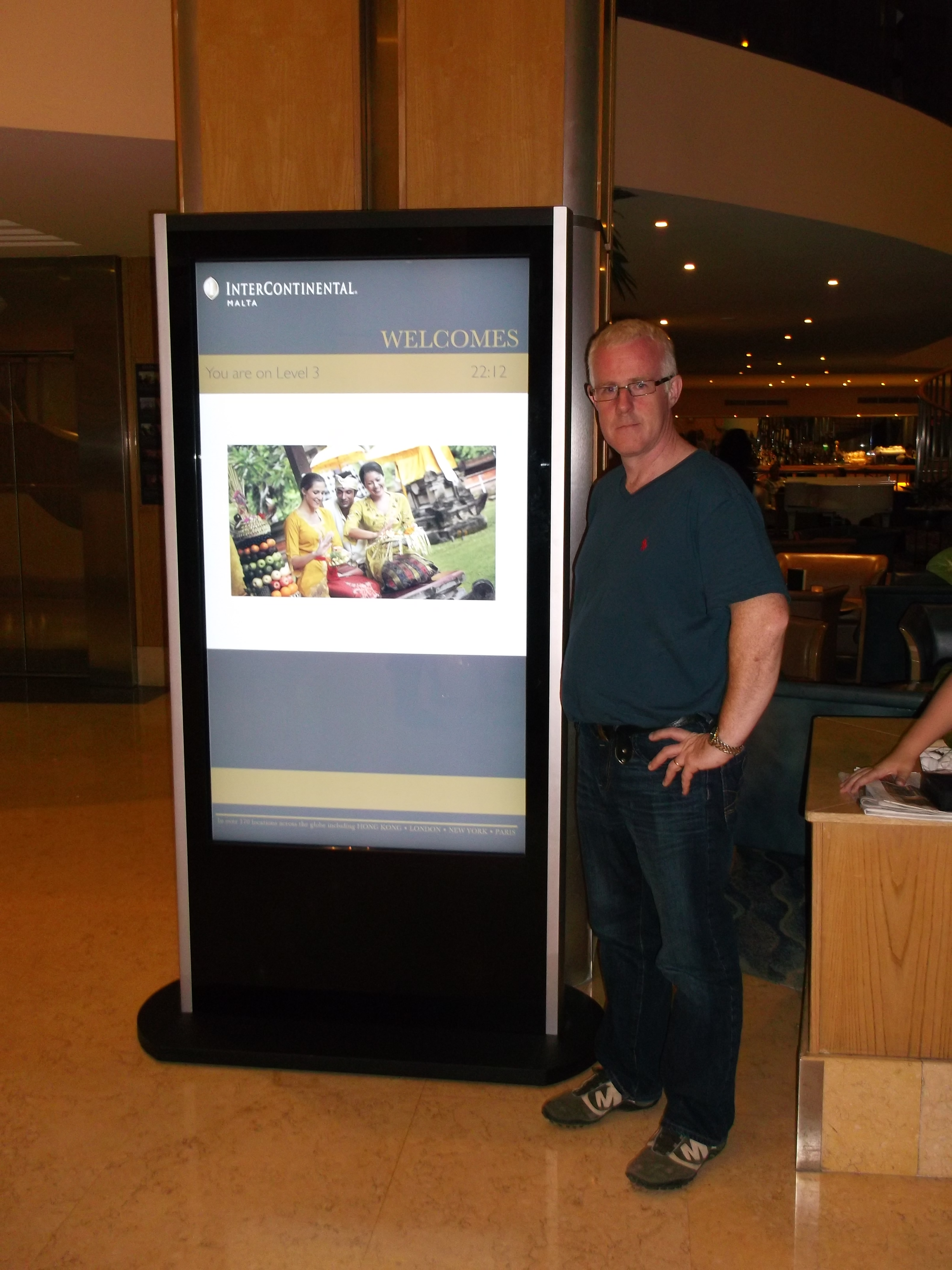 flofloor standing diigtal poster display